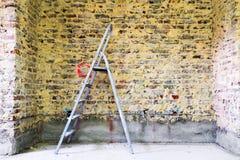 Remediation av den tegelstenväggen och stegen royaltyfri bild