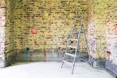 Remediation av den tegelstenväggen och stegen royaltyfria bilder