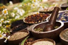 Remedio natural, medicina herbaria y fondo de madera de la tabla fotos de archivo libres de regalías