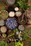 Remedio natural, medicina herbaria y fondo de madera de la tabla Imagenes de archivo