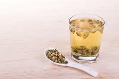 Remedio tradicional del té del crisantemo para mejorar la vista, claro imagen de archivo