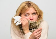 Remedios de la fiebre de la rotura Síntomas de la gripe de la temperatura La mujer se siente mal debido a fiebre Necesite la medi imagen de archivo libre de regalías