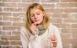 Remedios del dolor de cabeza y de la fiebre Qué a saber sobre la fractura de fiebre Medicaciones de la toma para reducir fiebre P fotografía de archivo