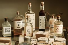 Remedios y productos pasados de moda de la farmacia Fotografía de archivo libre de regalías