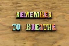 Remember para respirar o sorriso feliz para relaxar para apreciar citações da tipografia imagem de stock