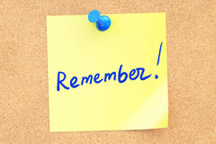 Remember text on a sticky note pinned to a corkboard. 3D renderi Royalty Free Stock Photography