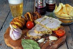 Remenda do lombo cortado, o porco assado no forno com batatas assadas e os vegetais e as microplaquetas com tomate fotos de stock