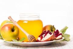 Remenda a romã, o mel e a maçã maduros Fotos de Stock Royalty Free