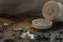 Remendo e tubo da cor de óleo em uma paleta Imagem de Stock Royalty Free