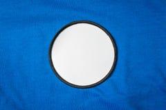 Remendo vazio do braço na camisa de esporte azul Logotipo branco e emblema da equipe para sua montagem ou para editar foto de stock royalty free