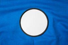 Remendo vazio do braço na camisa de esporte azul Logotipo branco e emblema da equipe para sua montagem ou para editar imagem de stock royalty free
