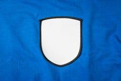 Remendo vazio do braço na camisa de esporte azul Logotipo branco e emblema da equipe para sua montagem ou para editar fotografia de stock royalty free