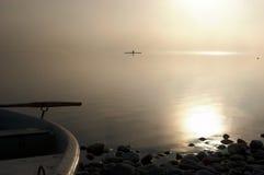Remero en un día de niebla Imágenes de archivo libres de regalías