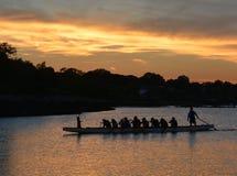 Remeros de la puesta del sol en bahía Foto de archivo libre de regalías
