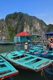 Remeros que esperan a pasajeros en el barco de bambú en la bahía de Halong fotografía de archivo libre de regalías