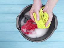 Remet à blanchisserie femelle de vue de lavage le ménage occasionnel humide dans faire de bassin domestique photo stock