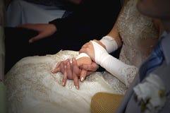 remet aux nouveaux mariés heureux des boucles wedding Photo libre de droits