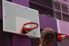 Remet des joueurs de basket prêts à jeter la boule photo stock