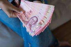 Remet la femme comptant l'argent thaïlandais Photographie stock