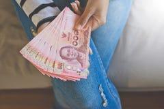 Remet la femme comptant l'argent thaïlandais Photo stock