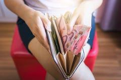 Remet la femme comptant les billets de banque thaïlandais d'argent Photographie stock libre de droits