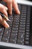 remet la femme d'ordinateur portatif de clavier Image stock