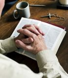 Remet la foi de prière dans la religion de christianisme photographie stock