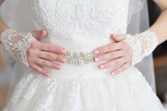 Remet la jeune mariée avec une manucure image stock
