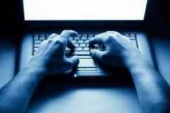 remet le mâle d'ordinateur portatif images stock