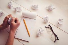 Remet le papier de froissement sur le bureau en bois Image libre de droits
