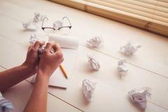 Remet le papier de froissement sur le bureau en bois Images libres de droits