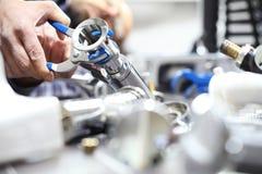 Remet le plombier au travail dans une salle de bains, mettant d'aplomb le service des réparations, As photo libre de droits