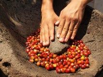 Remet les grains de café rubing Image stock