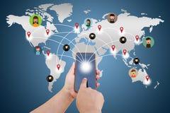 Remettez à écran tactile le téléphone intelligent et envoyer à des messages aux amis vi Photo stock