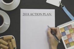 Remettez à écriture 2018 buts, tasses de coffe, biscuits et fournitures de bureau Photographie stock libre de droits