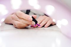 Remettez à des peintures les ongles, le pourpre de gel, manucure d'ongle de gel par Photographie stock
