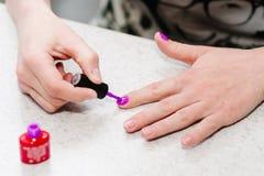 Remettez à des peintures les ongles, pourpre de gel, manucure d'ongle de gel Photo stock