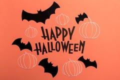 Remettez à expression écrite Halloween heureux avec des potirons et des battes près de elle Photo libre de droits