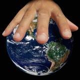 Remettez à prise la terre, y compris des éléments meublés par la NASA Images stock