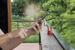 Remettez à prise le téléphone intelligent avec le point de carte de mot au-dessus de l'écran photographie stock