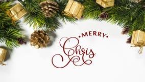 Remettez écrire le texte blanc de lettrage de calligraphie d'animation de Joyeux Noël sur le fond blanc avec des cadeaux et des v banque de vidéos