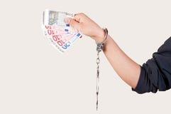 Les hommes remettent avec des menottes tenant l'argent Photos stock