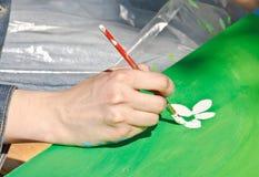 Remettez avec des peintures de balai une illustration colorée Photographie stock