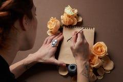 Remettez avec la brosse écrivant une lettre d'amour Photo stock