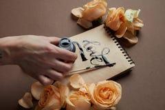 Remettez avec la brosse écrivant une lettre d'amour Photos stock