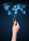 Remettez avec le concept à télécommande et social de media Images libres de droits