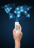 Remettez avec le concept à télécommande et social de media Photos libres de droits