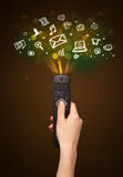 Remettez avec les icônes à télécommande et sociales de media Image stock