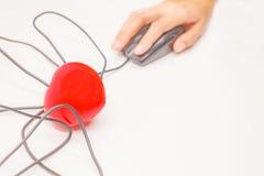 Remettez cliquent sur dessus la souris d'ordinateur pour vérifier, ouvrir, découvrir ou ouvrir ce qui est à l'intérieur du coeur  Photo stock