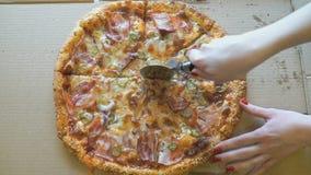 Remettez couper en tranches une pizza de viande dans des tranches utilisant le couteau banque de vidéos